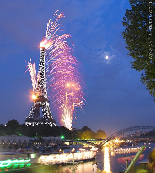 Feux d'artifice sur la tour Eiffel, du pont de l'Alma
